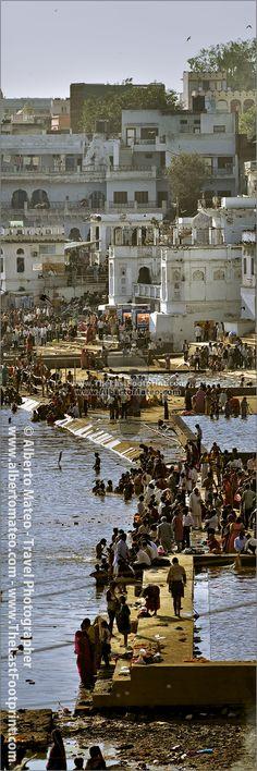 Pilgrims in Pushkar Lake during Camel Fair, Rajastan, India. Photograph by Alberto Mateo, Travel Photographer.