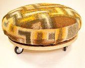 Poef, ottoman gemaakt van een oude wollen deken