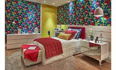 O ambiente mescla tecidos de diferentes tipos e texturas. O papel de parede, que traz ousadia nas cores e estampas, é lançamento. As cortina...