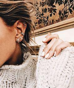 Trending Ear Piercing ideas for women. Ear Piercing Ideas and Piercing Unique Ear. Ear piercings can make you look totally different from the rest. Tragus Piercings, Cute Ear Piercings, Peircings, Piercing Tattoo, Ears Piercing, Bijoux Design, Schmuck Design, Ear Piercing For Women, Silver Necklaces