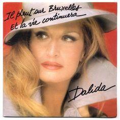 """En 1981 Dalida fête ses 25 années de chansons à l'Olympia, où elle chante pour la dernière fois.  Elle rend un hommage à Jacques Brel ( mort en 1978 ) avec """" Il pleut sur Bruxelles """".  C'est là que le 18 mars elle est récompensée par un disque de diamant pour 80 millions de 45 t et 33 t vendus dans le monde.  * Cette récompense est une première dans l''histoire du Music-Hall."""