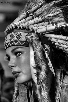 Girl Face Tattoo, Girl Face Drawing, Woman Drawing, Native American Girls, Native American Images, American Indian Art, Indian Women Tattoo, Indian Girl Tattoos, Black And White Portraits