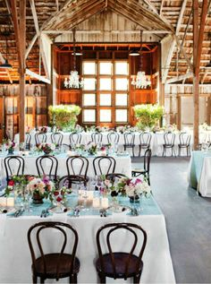 What I would do to have a wedding in a big beautiful barn like this ...