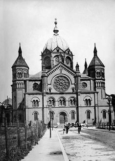 Germany, Silesia, Breslau, the synagogue, date unknown Synagogue Architecture, Vintage Architecture, Old Pictures, Old Photos, Jewish Synagogue, Old Photography, Famous Places, Old World, Barcelona Cathedral