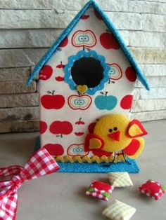 Saiba como criar uma linda casinha de passarinho usando a reciclagem como aliada! É um passo a passo