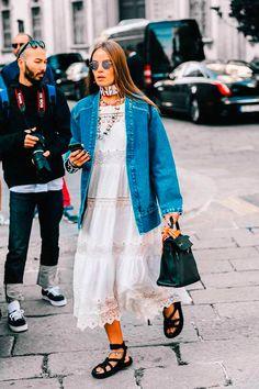 Hi-lo com jaqueta oversized e vestido mido de renda.