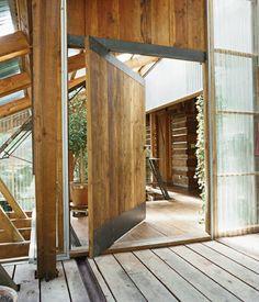 porte pivotante en bois avec rebords en acier
