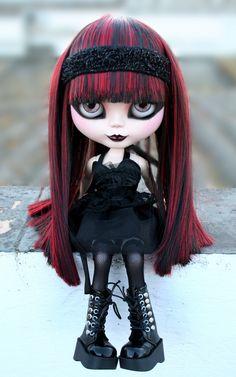 GOTH Blythe doll - red n black hair Ooak Dolls, Blythe Dolls, Barbie Dolls, Doll Tumblr, Living Dead Dolls, Gothic Dolls, Kawaii, Creepy Dolls, Little Doll