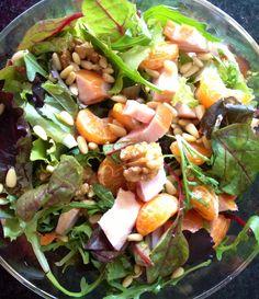 Jonge bladsla, gerookte kip, walnoten, mandarijnen, pijnboompitten en honing. Eigen foto.