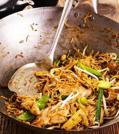 Noodles with pork & vegetables Thai Recipes, Asian Recipes, Cooking Recipes, Chinese Cabbage, Chinese Food, Asian Kitchen, Spring Rolls, Appetisers, Great Recipes