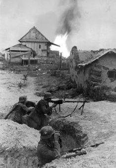 Фото: Немецкий пулеметный расчет в бою на улицах Сталинграда