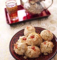 La fête de l'aïd el fitr marque la fin de ramadan. De nombreuses pâtisseries orientales sont dégustées à l'occasion. Samar propose cette recette algérienne de Mchewek : des petits fours aux amandes. Je l'ai testé à mon tour et ils font partis des meilleurs biscuits que je connaisse ! Croustillants à l'extérieur, moelleux à l'intérieur et délicatement parfumés à l'eau de fleur d'oranger. J'adore !