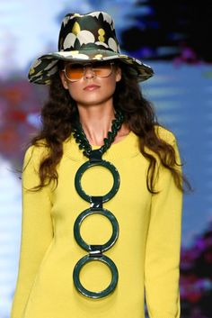 Daks - Spring/Summer 2019 Milan Ready-To-Wear Details - July 28 2019 at Spring Fashion Trends, Spring Summer Fashion, Runway Fashion, Womens Fashion, Fashion Details, Fashion Design, Overalls Women, Yellow Fashion, Best Jewelry Stores