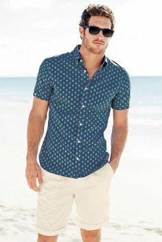 Short masculino com uma camisa estampada pode ser uma ótima escolha pra um passeio a beira mar.