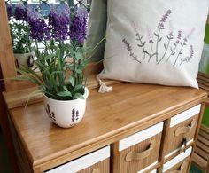 Muy bonita combinación de coqueta de bambú con espejo a juego, jarrón con flores de lavanda y cojín con bordado de lavanda.