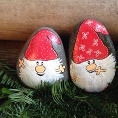 To små nisser... #jul #Christmas #hygge #afslapning #sten #stone #paintedstones #maledesten #kreativitet #loveit