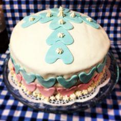 Cake de Primera Comunión con fondat y de colores.