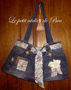 Explanations tutorial in pictures of making a recycled denim bag Recycling, Diy Bags Purses, Beard Lover, Camping Gifts, Old Jeans, Recycled Denim, Patchwork Dress, Denim Bag, Creative Gifts