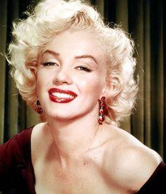 El 5 de agosto de 1962, la actriz estadounidense Marilyn Monroe, el gran mito erótico de los años cincuenta, fue hallada muerta en su casa de Hollywood. Aunque el forense dictaminó que la actriz se había suicidado con una sobredosis de somníferos, las causas de su muerte permanecen aún confusas; se apreciaron algunas contradicciones en el informe médico de su trágico fin. Las dificultades profesionales y su agitada vida sentimental parecieron estar en el origen de su muerte. En cualquier…