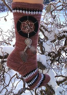 Bunter-Traum by Sonja Kohler FREE PATTERN I love dreamcatchers so to have a sock pattern which incorporates them is a real find :)