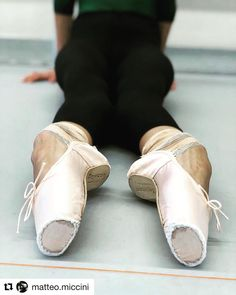 That arch is beautiful Ballerina Feet, Ballet Feet, Ballet Barre, Ballet Class, Dancers Feet, Ballet Dancers, Pointe Shoes, Ballet Shoes, Ana Pavlova