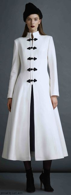 Sobretudo P&B com parte inferior rodada. O modelo substitui um vestido no inverno.