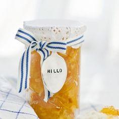 Keltainen herkkuhillo!      Perusohje hillolle Hillo-marmeladisokerilla  Ainekset:  1 kg (noin 2 l) marjoja  1 pkt (330 g) Dansukker Hillo-marmeladisokeria  Puhdista ja huuhdo marjat. Paloittele suurikokoiset marjat. Sekoita marjat ja Hillo-marmeladisokeri kattilassa. Jos käytät kokonaisia marjoja, lisää 1/2 dl vettä. Kuumenna hitaasti kiehuvaksi ja keitä 3–5 minuuttia sekoittaen. Kiinteiden marjojen ja hedelmien keittoaika on 5–10 minuuttia.