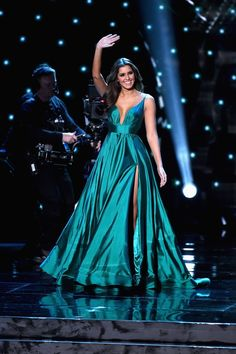 Paulina Vega in teal blue ball gown at the Annual Miss Universe Pageant 2015 event. Paulina Vega miss universe 2015 dress featuring formal ball gown prom dress, plunging V-neck with straps, full ball skirt with thigh-high slit. Trendy Dresses, Fashion Dresses, Formal Dresses, Club Dresses, Pageant Dresses, Satin Dresses, Dress Prom, Blue Ball Gowns, Dream Dress