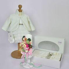 Setul complet pentru botez Pink Hortensia este una dintre propunerile noastre de pachet complet cu toate cele necesare pentru crestinarea micutei dumneavoastra. Este compus din:  Rochita pentru botez Anna cu maneca lunga (+ turban), se inchide cu fermoar la spate si este dublata la interior cu bumbac moale. Trusou Delicate Pearl , alcatuit din 6 piese, ambalate in cutie cu capac cu fereastra transparenta Lumanare de botez flori nemuritoare Pink Hortensia , inaltime 25 cm
