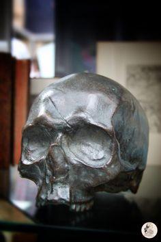 Le crâne du Marquis de Sade. Bronze.