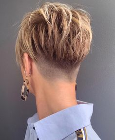 24 Taper Fade Haircuts For The Boldest Change Of Image Skin Fade Pixie ★ A taper fade haircut for women works for straight as well as curly hair. You canalso go for a short, mid or long option. Undercut Hairstyles Women, Short Hair Undercut, Cool Short Hairstyles, Short Pixie Haircuts, Pixie Hairstyles, Hairstyles Pictures, Hairstyles 2018, Taper Fade Haircuts, Long Fade Haircut