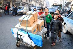 Das Flüchtlingshilfswerk UNHCR verteilt Hilfsgüter an Kinder in Aleppo.