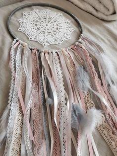 Voici un attrape rêves ou dreamcatcher que j'ai entièrement réalisé main à l'aide de plusieurs matériaux (dentelles, perles, rubans et plumes). L'ensemble comporte plusieurs  - 14270039