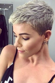 Brevi capelli grigi - Rebel Without Applause Really Short Hair, Super Short Hair, Short Grey Hair, Short Hair Cuts For Women, Blonde Short Hair Pixie, Funky Short Hair, Cool Short Hairstyles, Short Pixie Haircuts, Crop Hair