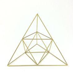 ▶ Un objet pyramide moyen basé sur mobiles himmeli scandinave traditionnel. Utilisez-le comme une sculpture AM ou placer n'importe où que vous avez besoin de magie un peu plus géométrique dans votre vie.  Dimensions approx  8 de large x 6,5 de haut   A l'origine himmeli mobiles ont été fabriqués à partir de paille de seigle et accrochées au-dessus de la table du dîner afin d'assurer une bonne récolte. Ces himmelis sont fabriqués en laiton, en argent ou en aluminium, donc ils peuvent durer…