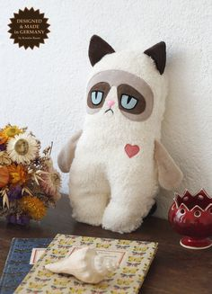 Baby Grumpy Cat by PetitiPanda on Etsy Couture Bb, Sewing Crafts, Sewing Projects, Handmade Stuffed Animals, Cat Pillow, Fabric Toys, Cat Doll, Soft Dolls, Felt Animals