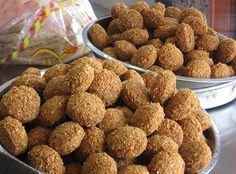 A Crafty Arab Food: Lebanese Falafel Recipe From Scratch. Falafel is a very delicious Middle-Eastern gourmet appetizer that has become popular in the West over the past several years. It's made from a deep fried paste Lebanese Falafel Recipe, Lebanese Recipes, Falafel Recipe From Scratch, Dog Food Recipes, Cooking Recipes, Vegetarian Recipes, Cooking Tips, Gourmet Appetizers, Shawarma Recipe