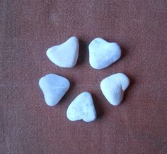 Heart shaped sea pebble, collection of 5 white hearts, small heart shaped pebbles, Gift for hem, gift for her, collectible  (34) di lepropostedimari su Etsy