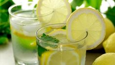 Lemon water is one of the first detox water recipes, and the most popular. Here are 7 lemon water recipes and also an article on 7 benefits water benefits. Drinking Warm Lemon Water, Lemon Water In The Morning, Detox Drinks, Healthy Drinks, Healthy Tips, Healthy Food, Stay Healthy, Healthy Living, Detox Smoothies