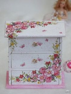 I will show you how to decoupage a lovely tea box from. I used decoupage glue and paper napkins. Diy Furniture Videos, Diy Furniture Table, Decoupage Furniture, Diy Furniture Plans, Painted Furniture, Furniture Design, Decoupage Vintage, Decoupage Art, Jewelry Box Makeover