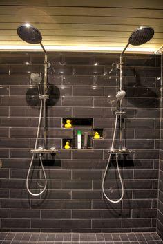 saunan remontti - kylpyhuone kotelointi suihkujen taakse Spa, Track Lighting, Chandelier, Ceiling Lights, Bathroom, Home Decor, Future, Washroom, Candelabra