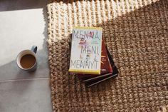 Nyt on se hetki.nMitä kirjoja kesäpinoosi on kertynyt? n#mennämenimennyt #kesäkirja #lomakirja #kirja