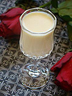 Likier z białej czekolady Uwielbiam od czasu do czasu na kieliszek nietypowego likieru, a ponieważ ulubiony ostatnio likier świąteczny ... Smoothie Drinks, Smoothies, Kitchen Magic, Polish Recipes, Irish Cream, Cocktail Drinks, Cocktails, Food Design, Yummy Drinks