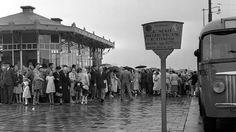 Tijdens het bouwen van C&A aan het 'nieuwe' Beursplein wordt het tramhuisje op 6 februari 1952 opgevijzeld en verrold over de Coolsingel naar het Weena. Hier dient het weer als centrale post en er worden plaatsbewijzen verkocht voor rondritten door de stad. Die zogeheten wederopbouwrondritten kosten dan 1 gulden.