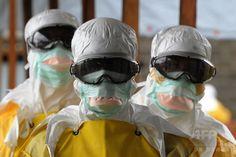 リベリアの首都モンロビア(Monrovia)にある病院で、防護服を着た医療従事者(2014年8月30日撮影)。(c)AFP/DOMINIQUE FAGET ▼2Sep2014AFP|エボラ出血熱を30分で検査、日本の研究チームが開発 http://www.afpbb.com/articles/-/3024796