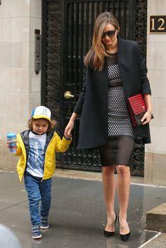 Miranda Kerr  - La suya es la definición perfecta de una mamá con estilo. La modelo, paseando con su hijo Flynn por Nueva York, con vestido con transparencias de la colección primavera 2014 de Elizabeth and James, bolso de Proenza Schouler y gafas de sol, de Céline.