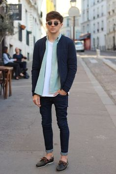 Casual summer outfit inspiration with no show socks skinny dark wash denim white t shirt light shade of green button up shirt navy bomber jacket sunglasses navy boat shoes Mode Masculine, Men Looks, Navy Bomber Jacket, Moda Blog, Look Street Style, Street Styles, Look Man, Herren Outfit, Outfit Trends