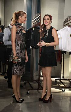 Gossip Girl: 'Save The Last Chance' Stills!: Photo Blake Lively comes out to support Leighton Meester in this new still from Gossip Girl. Gossip Girls, Moda Gossip Girl, Estilo Gossip Girl, Gossip Girl Outfits, Gossip Girl Fashion, Gossip Girl Style, Chuck Bass, Fashion Tv, Fashion Beauty
