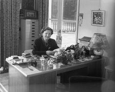 Koningin Juliana in haar werkkamer in paleis Soestdijk, 1951