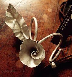 Colar Enroscados em prata , acetinado. Silver necklace. Mônica Severo Joalheria Contemporânea, Brasília, Brasil